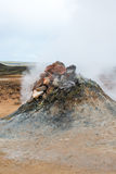 Fumarole en geisers in het geothermische gebied Hverir, IJsland stock afbeelding