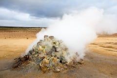 Fumarole i Hverir geotermiskt område i Island Arkivbilder