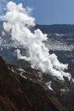 Fumarole in krater van actieve vulkaan van het Schiereiland van Kamchatka Stock Afbeelding