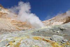 Fumarole, zwavelgebied in krater actieve vulkaan van Kamchatka Royalty-vrije Stock Afbeelding