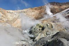 Fumarole, zwavelgebied in krater actieve vulkaan van Kamchatka Royalty-vrije Stock Fotografie