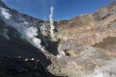 Fumarole, zwavelgebied in Vulkaan van krater de actieve Mutnovsky Stock Foto