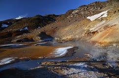 Fumarolefelder von Island bedeckten mit gelbem Schwefel mit kochenden Schlammkratern gegen den Winterhimmel lizenzfreie stockbilder