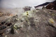 Fumaroles Mutnovsky wulkan w Kamchatka obraz stock