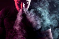 fumatore alla moda dell'uomo Fotografia Stock Libera da Diritti