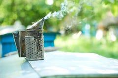 Fumatore antiquato dell'ape del metallo all'arnia Fotografia Stock Libera da Diritti