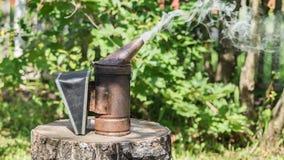 Fumatore, attrezzatura di apicoltura per pacificare le api Fotografia Stock Libera da Diritti