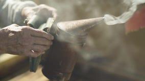 Fumatore dell'ape della tenuta dell'apicoltore stock footage