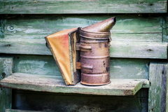 Fumatore della roba di Beekeper sull'alveare del miele nel giardino Fotografie Stock Libere da Diritti