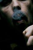 Fumatore di sigaro oscuro immagine stock