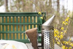 Fumatore - strumento degli apicoltori per tenere le api a partire dall'alveare immagine stock