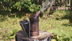 Fumatore - uno degli strumenti principali dell'apicoltore Il suo fumo pacifica le api stock footage