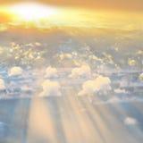 Fumée au-dessus des nuages de coucher du soleil avec le soleil Photos libres de droits