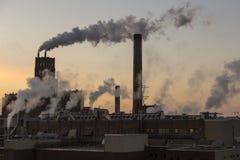 Fume billowing fora de diversas construções industriais velhas de moinho de papel fotografia de stock royalty free