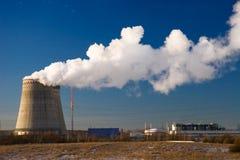 Fumée blanche sur le fond bleu-foncé de ciel. Images libres de droits