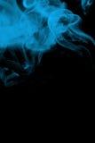 Fumée bleue sur le noir Photos stock