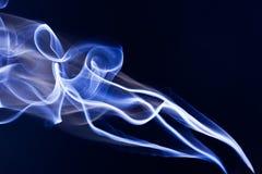 Fumée bleue sur le noir Images stock