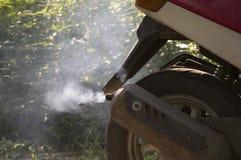 Fume da tubulação de exaustão de uma bicicleta motorizada Fotos de Stock Royalty Free