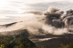 Fume de la erupción del volcán de Bromo sobre la caldera de Bromo Tengger Fotos de archivo libres de regalías