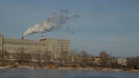 Fume de las chimeneas de la fábrica Vídeo completo de HD almacen de metraje de vídeo