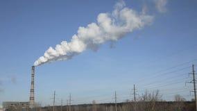 Fume de las chimeneas de la fábrica Vídeo completo de HD almacen de video
