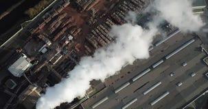 Fume de las chimeneas de la f?brica Concepto de contaminaci?n ambiental almacen de video