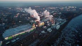 Fume de las chimeneas de la f?brica Concepto de contaminaci?n ambiental almacen de metraje de vídeo