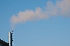 Fume de um smokestack de uma central eléctrica foto de stock royalty free
