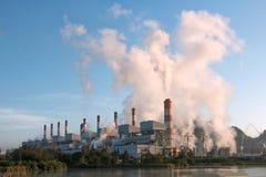 Fume do central elétrica a carvão com o céu azul no dia da manhã Imagens de Stock