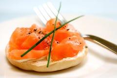 Fume el queso de color salmón y poner crema Imagen de archivo libre de regalías