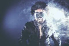 Fume, hombre con formas negras, retrato del estudio Fotografía de archivo libre de regalías