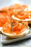 Fume los salmones en el queso poner crema en el mini panecillo Imagen de archivo