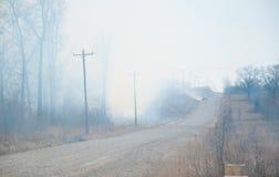 Fumée lourde et la chaleur d'un incendie faisant rage Images libres de droits