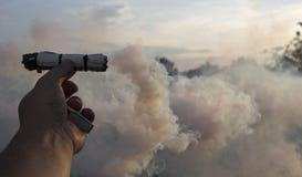 Fume o redemoinho, emita-se o fumo na mão do homem foto de stock