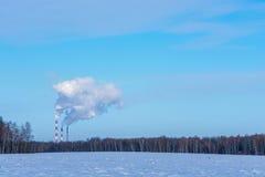 Fumée épaisse contre le ciel bleu Image libre de droits