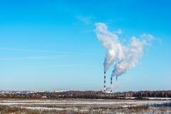 Fumée épaisse contre le ciel bleu Photo libre de droits