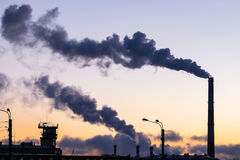 Fumée épaisse rotant des cheminées d'usine Photos libres de droits