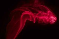 Fumée rouge sur le fond noir Images libres de droits