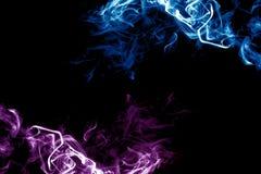Fume roxo e azul em um fundo escuro fotografia de stock