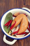 Fume a salsicha no prato branco no fundo de madeira Fotografia de Stock