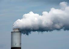 Fumée se soulevant hors d'une cheminée d'évacuation des fumées Photo stock