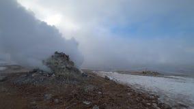 Fume y empañe el paisaje llenado en Islandia almacen de metraje de vídeo