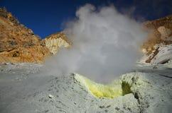 Fumerolle à l'intérieur du cratère du volcan actif image libre de droits