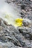 Fumerolle de soufre au Mt Sibayak Images stock