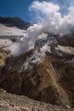 Fumerolles à l'intérieur du cratère de volcan de Mutnovsky images stock