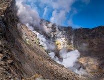 Fumerolles chaudes et humides à l'intérieur de cratère de volcan de Mutnovsky, le Kamtchatka photos stock