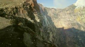 Fumerolles et émissions de gaz aux cratères du volcan l'Etna banque de vidéos