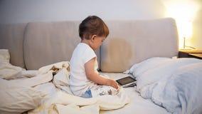 fumetti di sorveglianza del ragazzo del bambino di 2 anni sulla compressa digitale prima di andare a dormire Fotografia Stock Libera da Diritti