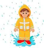 Fumetto bello dell'uomo sotto l'impermeabile di giallo di uso della pioggia illustrazione di stock