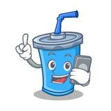 Fumetto del carattere della bevanda della soda con il telefono illustrazione vettoriale
